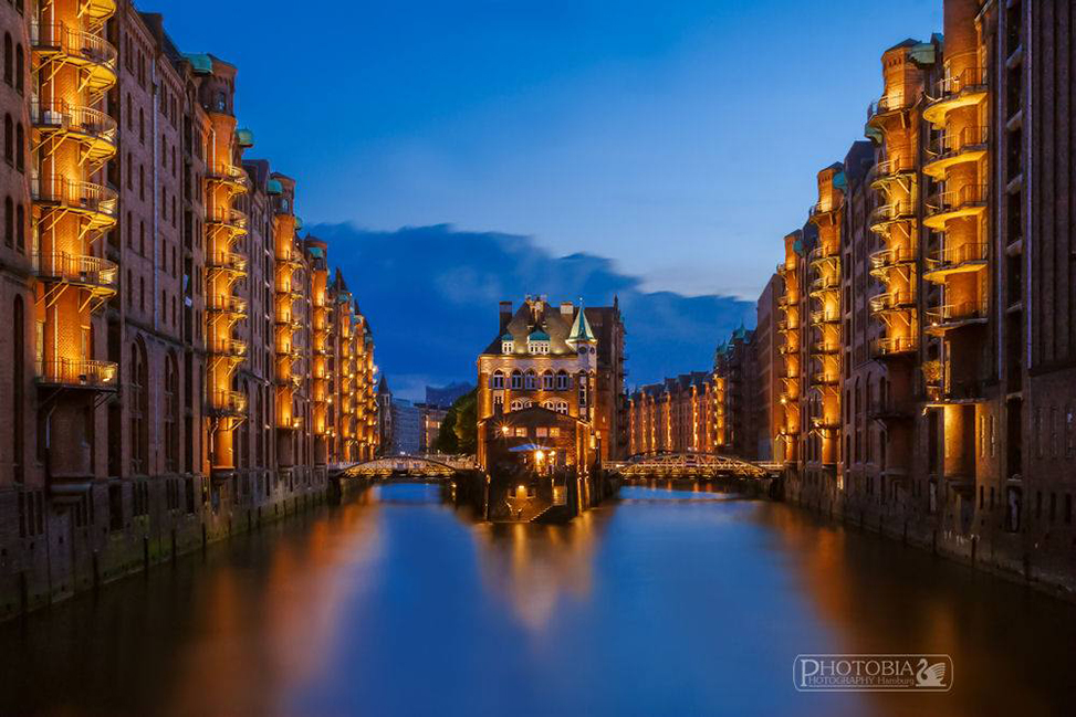 Mein Lieblingsbild 2015, das berühmte Wasserschloss in der Speicherstadt. Mein Shoot entstand an einem schön warmen Juli Abend zur Blauen Stunde. Zum Glück war noch in der Mitte ein Platz frei, denn das Wasserschloss ist wohl das meist fotografierte Hamburg Motiv von Hobbyfotografen, und dementsprechend auch sehr gut besucht - Tobias Meslien