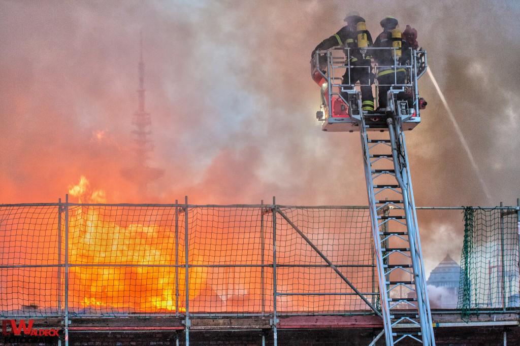 Am 04.11.2014 brannte in Eimsbüttel ein Dachstuhl. Viele Mieter verloren tragischerweise ihre Wohnung. Für mich ein Bild was mich bewegt. Schön finde ich aber auch die Komposition aus Telemichel und Einsatzgeschehen - Dominick Wa