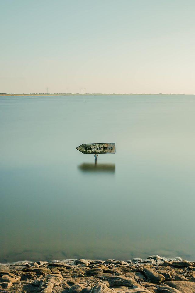 Dieses Bild entstand in der Husumer Bucht. Das Schild machte sich so gut im stark gefilterten Wasser - Michael Kneib